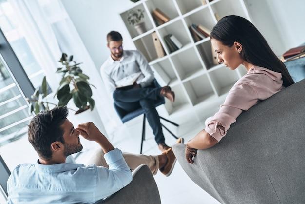 Pomaganie innym. młode małżeństwo rozmawia podczas sesji terapeutycznej z psychologiem