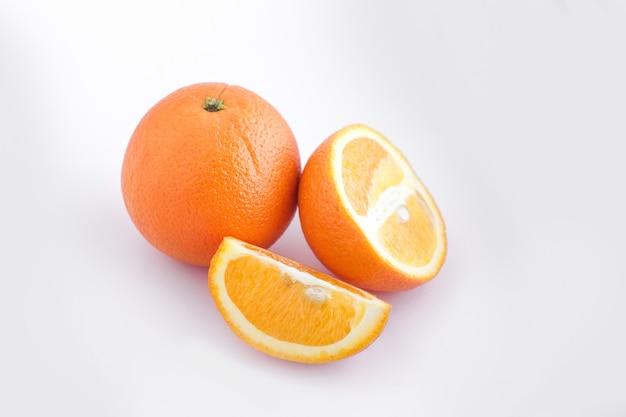 Pomarańcza na białym, tropikalnym owocu