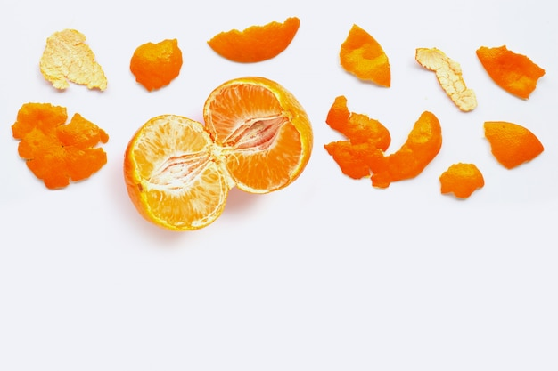 Pomarańcza ze skórką na białym tle. skopiuj miejsce