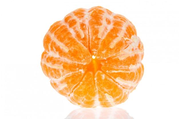Pomarańcze czyścić mandarynki mandarynka odizolowywająca.