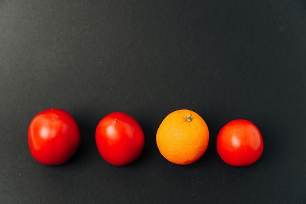 Pomarańcze i pomidory z rzędu