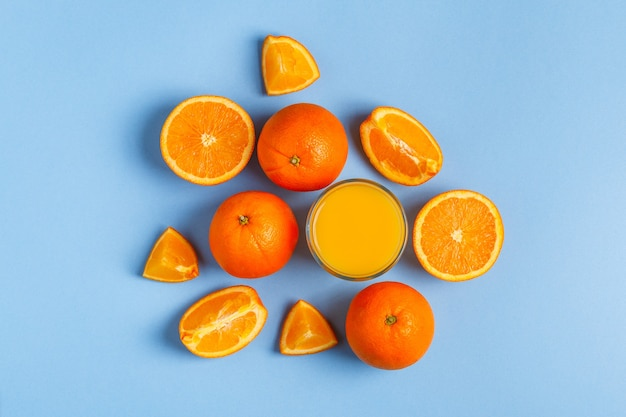 Pomarańcze i sok na niebieskim tle pastelowych