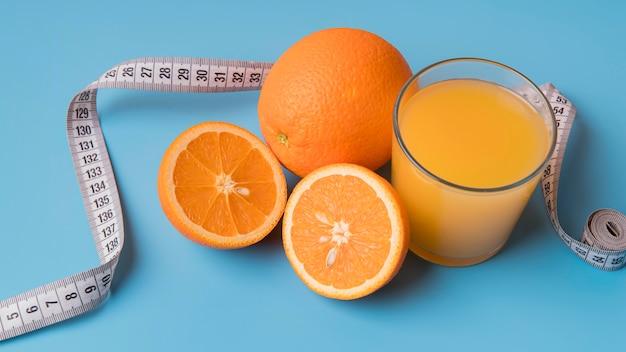 Pomarańcze i sok o dużym kącie