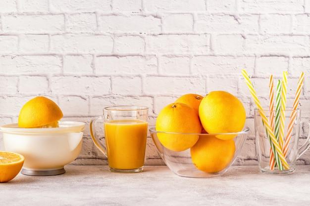Pomarańcze i sokowirówka do robienia soku pomarańczowego
