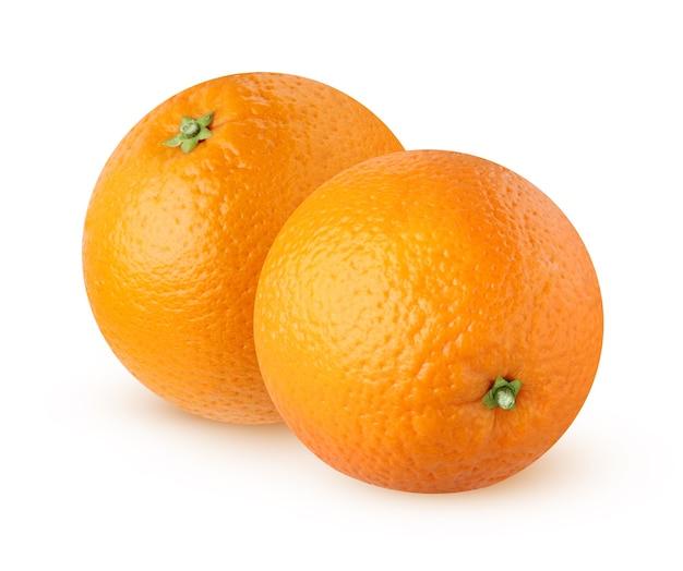 Pomarańcze na białym tle. dwa pojedyncze owoce cytrusowe na białym tle.