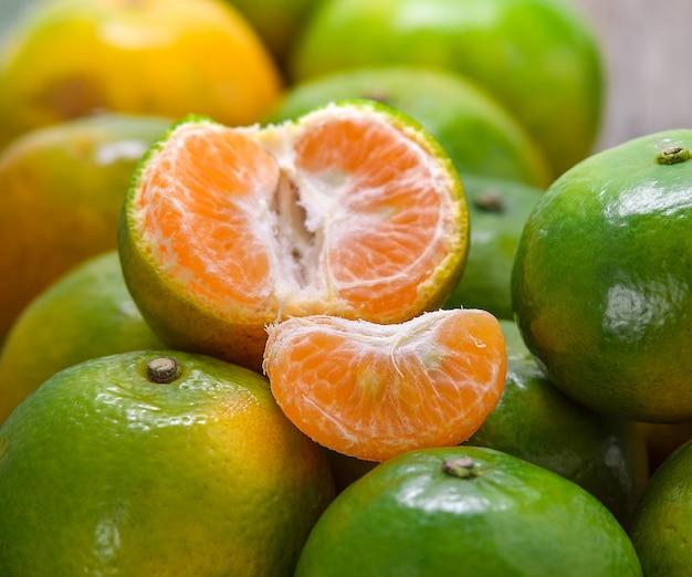 Pomarańcze na drewnianym stole