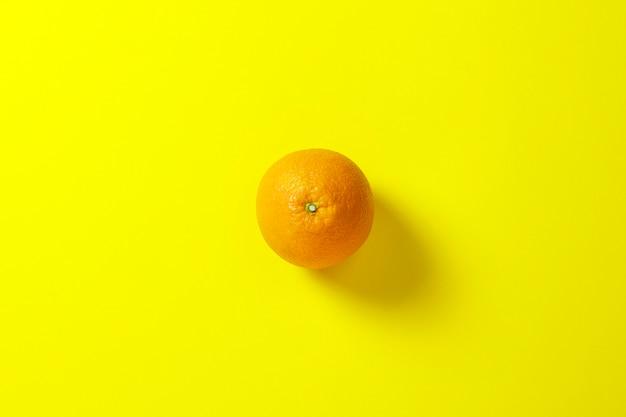 Pomarańcze na żółtym tle. pojęcie witamin, zwrotnik, lato, śniadanie. leżał płasko, widok z góry.