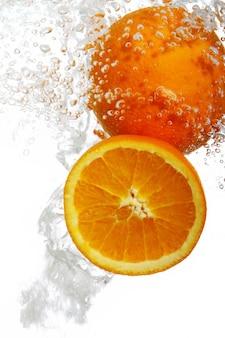 Pomarańcze spadły do wody