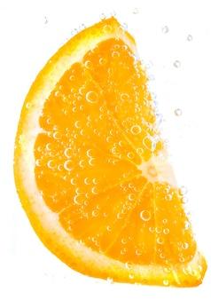 Pomarańcze w wodzie z bąblami odizolowywającymi na bielu
