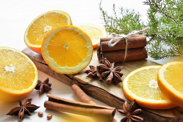 Pomarańcze z anyżem, laskami cynamonu i gałązką jałowca