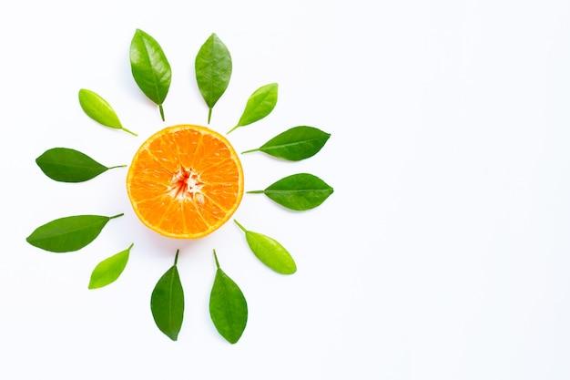 Pomarańcze z urlopem na białym tle.