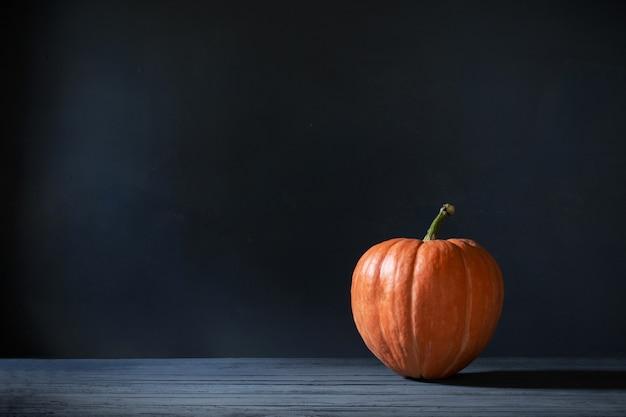 Pomarańczowa bania na ciemnym niebieskim tle