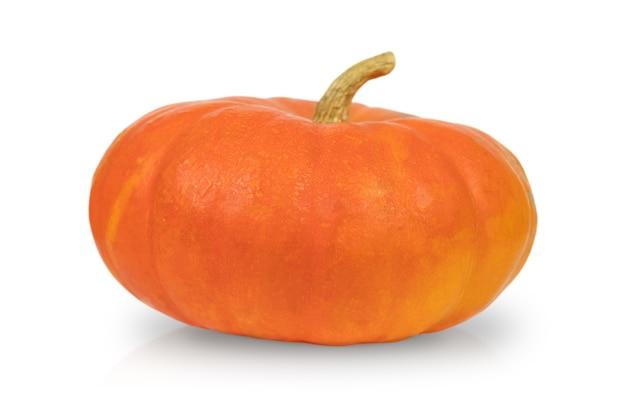 Pomarańczowa dynia na białym tle