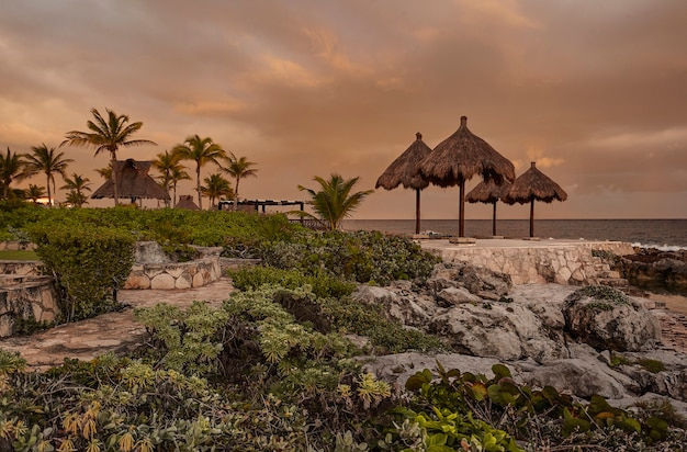 Pomarańczowa godzina na skalistej plaży puerto aventuras w meksyku na riwierze majów.