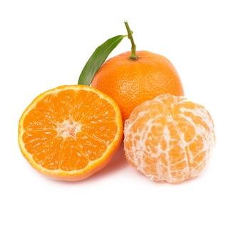 Pomarańczowa mandarynka z zielonym liściem na białym tle na białej ścianie