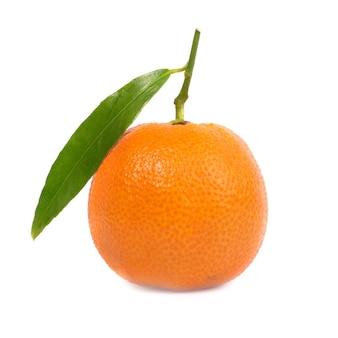 Pomarańczowa mandarynka z zielonym liściem na białym tle