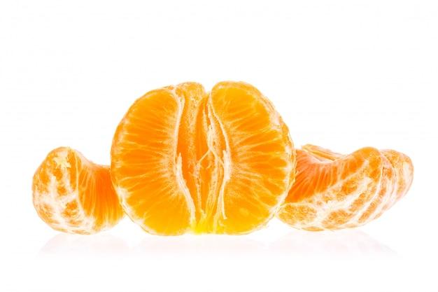 Pomarańczowa mandarynki mandarynka odizolowywająca na bielu