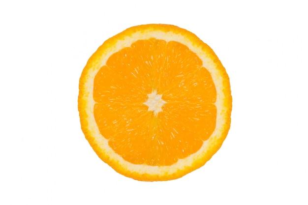 Pomarańczowa owoc na białym tle. pomarańczowy na białym tle. połowa pomarańczy. kawałek