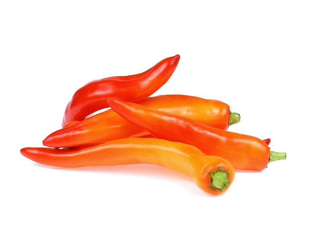 Pomarańczowa papryka chili izoluje na białym tle