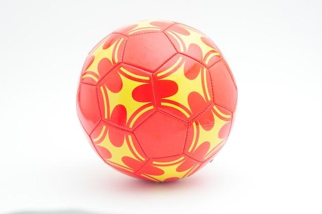 Pomarańczowa piłka nożna na białym tle