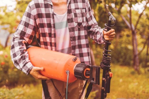 Pomarańczowa plastikowa butelka opryskiwacza z dezynfekcją do drzew ogrodowych