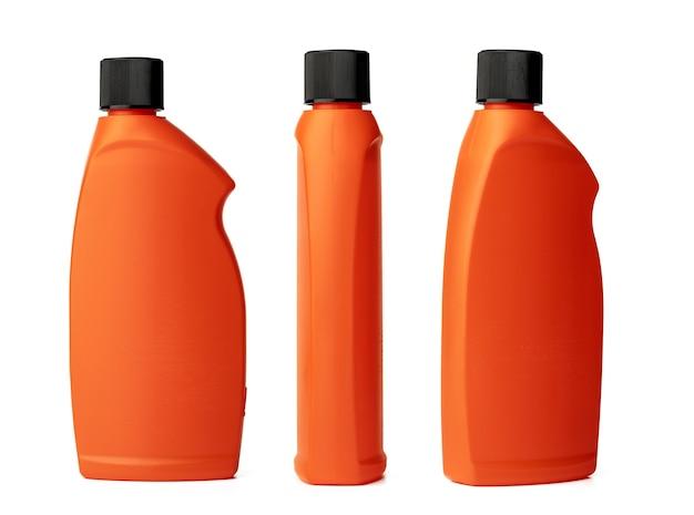 Pomarańczowa plastikowa butelka płynnego detergentu na białym tle