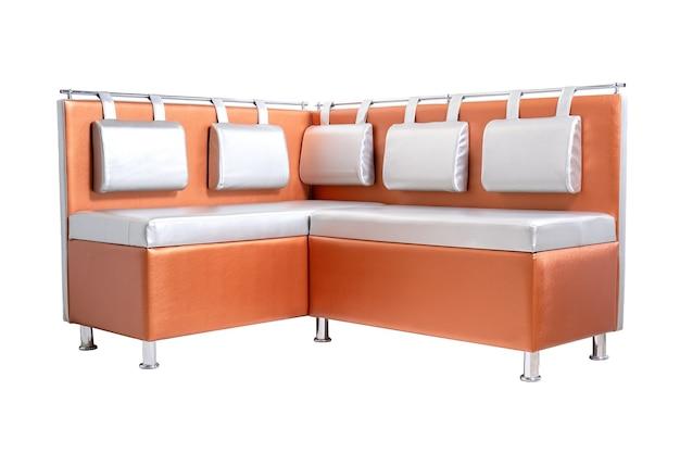 Pomarańczowa skórzana sofa biurowa z poduszkami i metalowymi chromowanymi nogami na białym tle. nowoczesna kanapa, meble, wnętrze, projekt domu