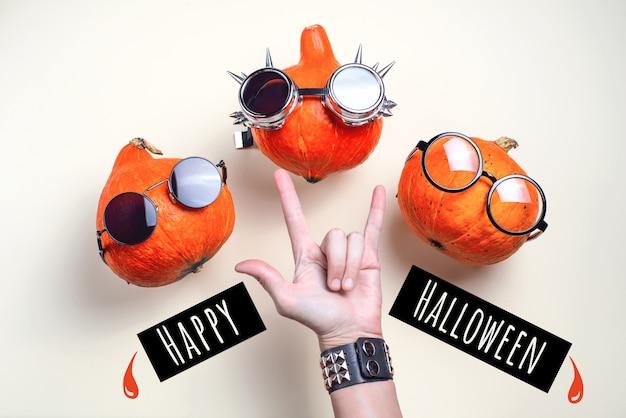 Pomarańczowe bujane dynie z okularami i wąsem koncepcja halloween