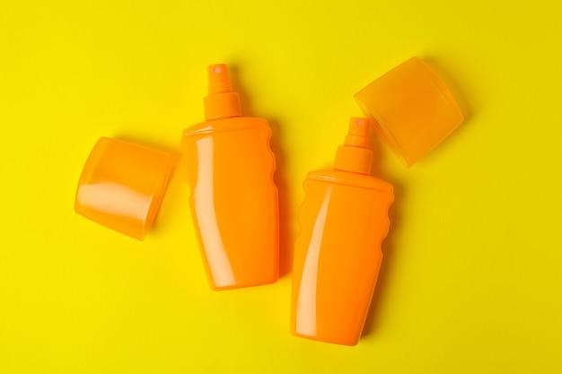 Pomarańczowe butelki z filtrem przeciwsłonecznym na żółto
