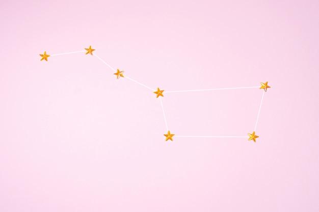 Pomarańczowe cyrkonie w postaci gwiazd są ułożone w gwiazdozbiorze ursa major.