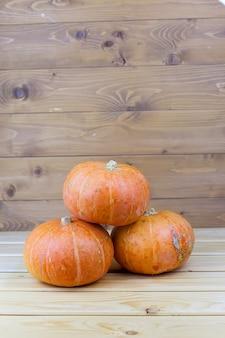 Pomarańczowe dynie halloween na białych deskach, dekoracja świąteczna.