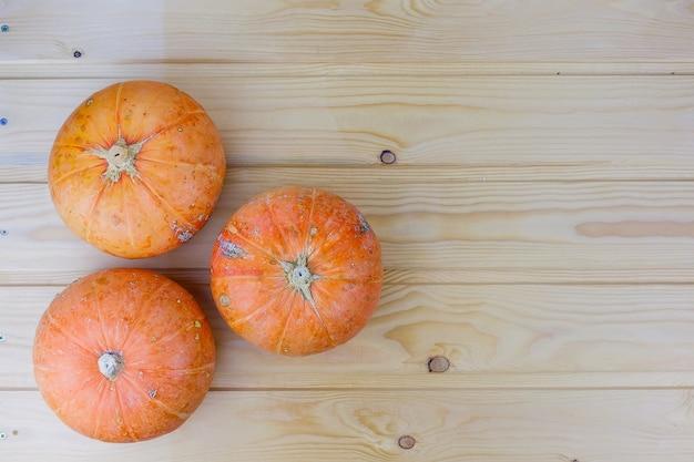Pomarańczowe dynie halloween na białych deskach