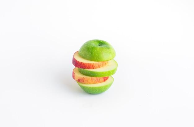 Pomarańczowe i zielone jabłko mix plasterek na białym tle