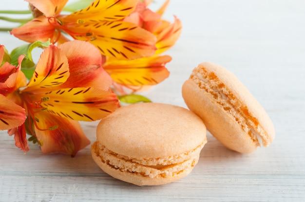 Pomarańczowe macarons i kwiaty lilii