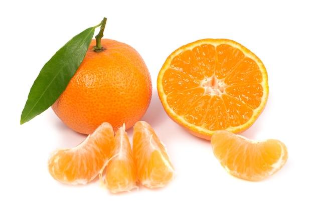 Pomarańczowe mandarynki z zielonym liściem na białym tle