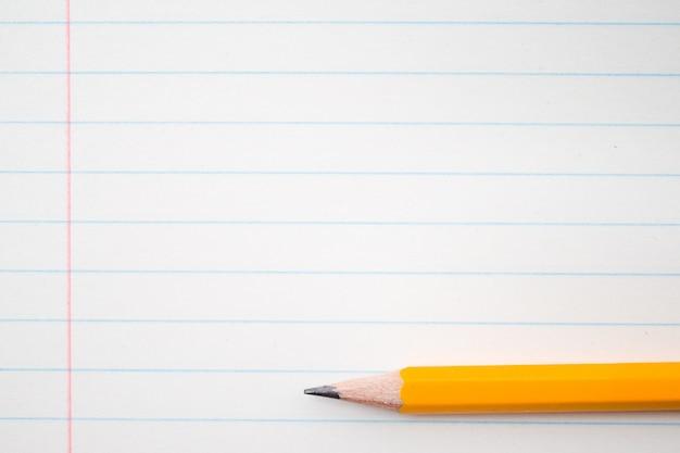 Pomarańczowe ołówki bliska i skład książki.