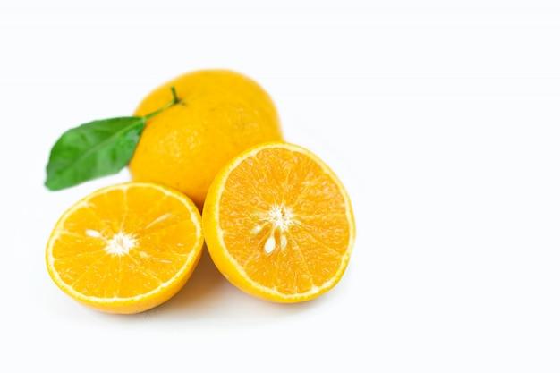 Pomarańczowe owoc z liściem na odosobnionym bielu.
