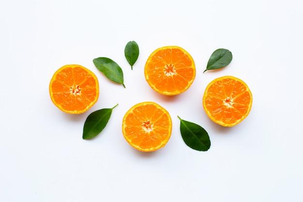 Pomarańczowe owoc z liśćmi na białym tle.