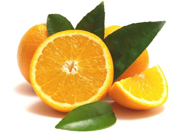 Pomarańczowe owoce na białym tle