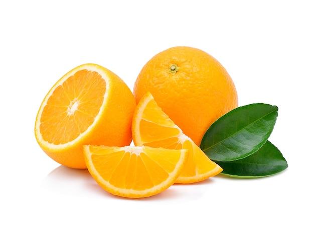 Pomarańczowe owoce na białym