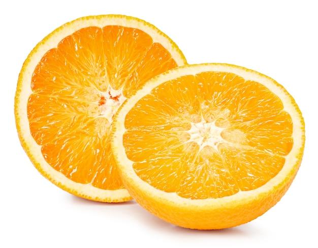 Pomarańczowe owoce pół na białym tle. pomarańczowa ścieżka przycinająca. najlepsze zdjęcie do twojego projektu.