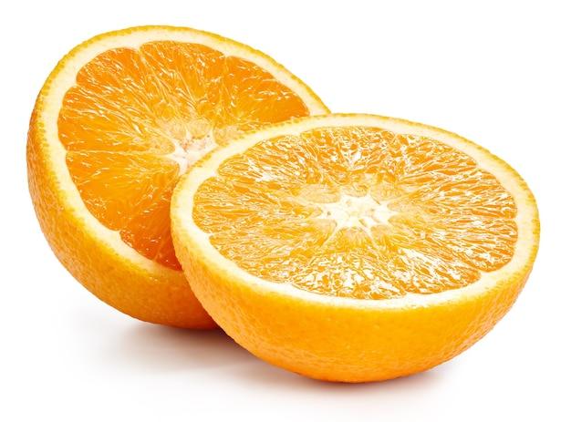Pomarańczowe owoce pół na białym tle. pomarańczowa ścieżka przycinająca