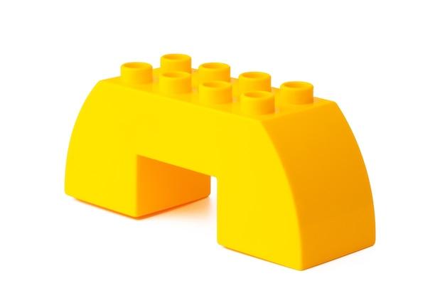 Pomarańczowe plastikowe bloki konstrukcyjne na białym tle
