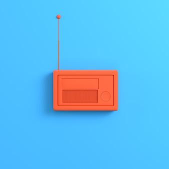 Pomarańczowe radio na jasnym niebieskim tle