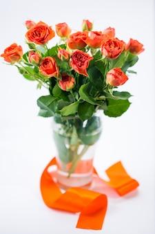 Pomarańczowe róże w wazonie