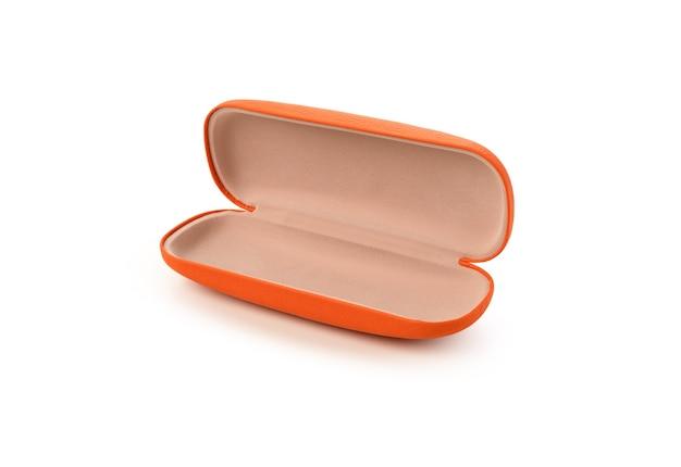 Pomarańczowe skórzane pudełko na okulary na białym tle