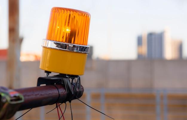 Pomarańczowe światło awaryjne na placu budowy