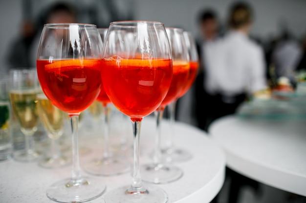 Pomarańczowe szklanki aperolu na bankiecie