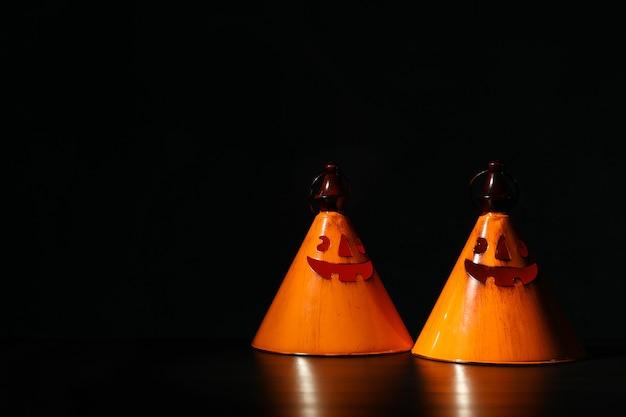 Pomarańczowi halloween świeczniki, kopii przestrzeń