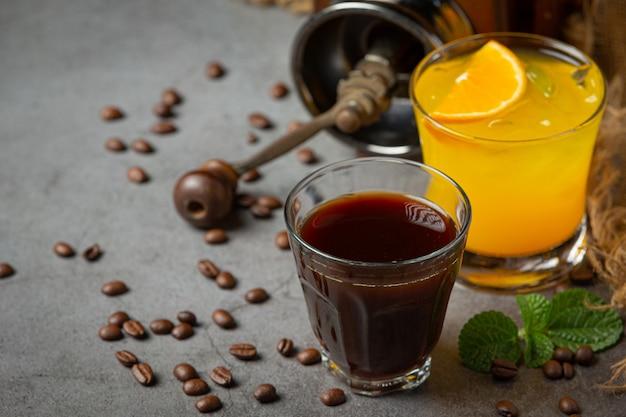 Pomarańczowo-kawowy koktajl na ciemnej powierzchni.